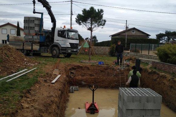 Livraison de blocs à bancher pour la création d'une piscine